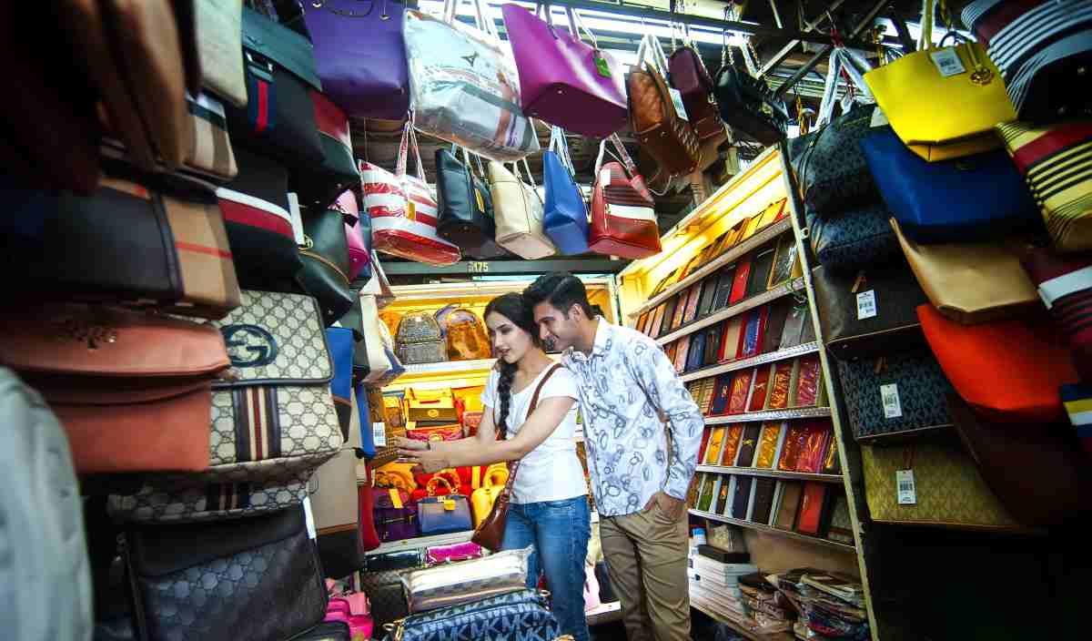 sepasang pelancong di chinatown petaling street kl