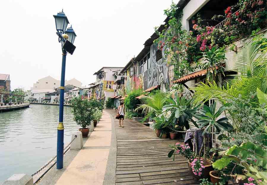 Menyusuri kawasan Sungai Melaka berdekatan Jonker St. Kredit