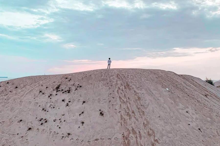 bergambar di tebing pasir di pantai klebang melaka