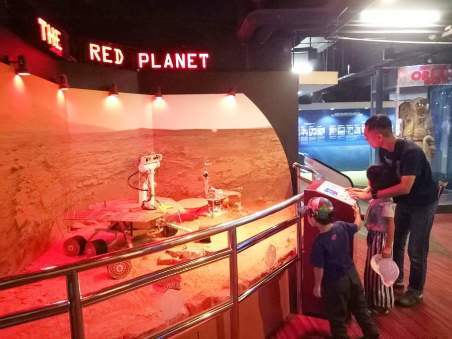 layan replika planet marikh di planetarium