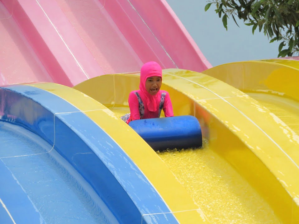 slide air di escape untuk anak