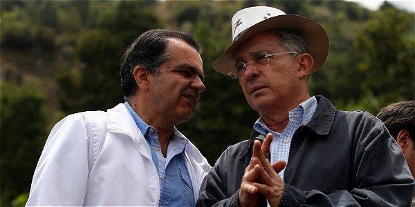 Antara mereka yang dikatakan sebagai klien beliau -- Ivan Zuluaga (kiri) yang merebut jawatan presiden Columbia
