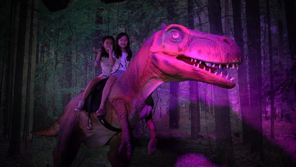 anak naik dinosaur kat jurassica mid valley