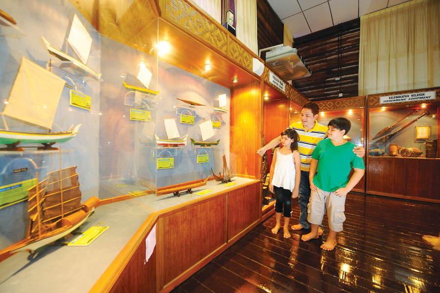 replika sampan muzium nelayan