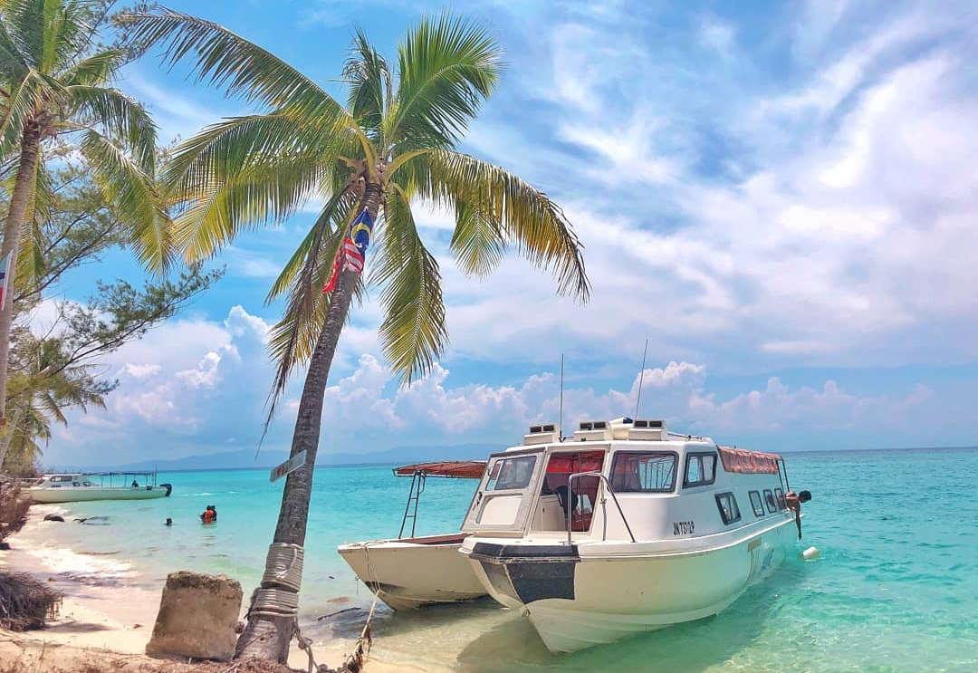 bot berlabuh di pulau mantanani untuk snorkeling