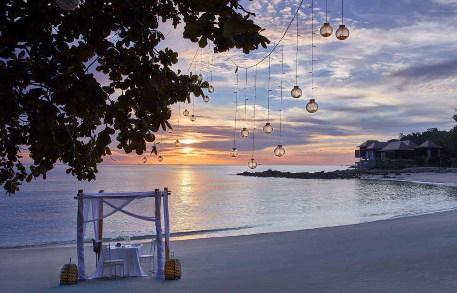 tepi laut adalah lokasi candle light dinner di ritz carlton langkawi