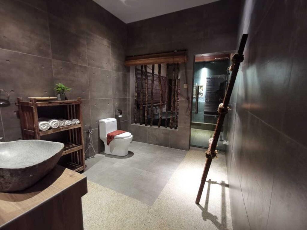 bilik air di villa samaya yang besar dan klasik