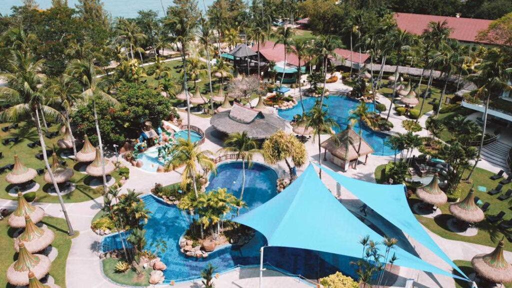 kawasan kolam renang untuk kanak-kanak dan dewasa di golden sands penang