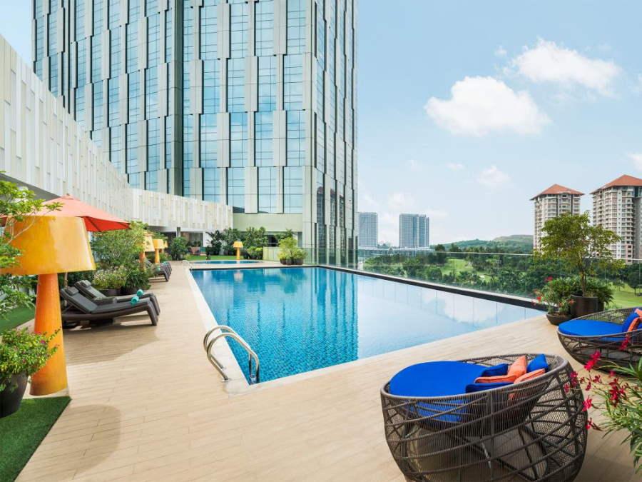 swimming pool di hotel meredien putrajaya yang bersambung dengan mall ioi