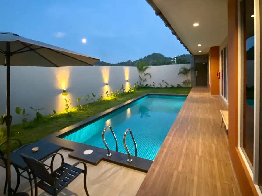pool villa malinja yang tepinya ada kawasan putting mini golf