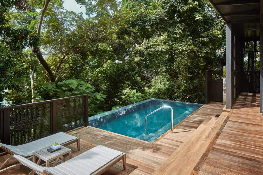 salah satu unit villa di resort ritz carlton langkawi yang ada kolam renang dalam bilik