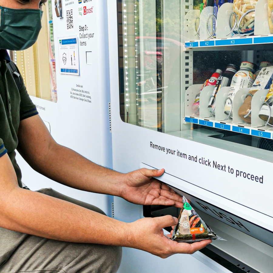 ambil makanan di vending achine mini familymart